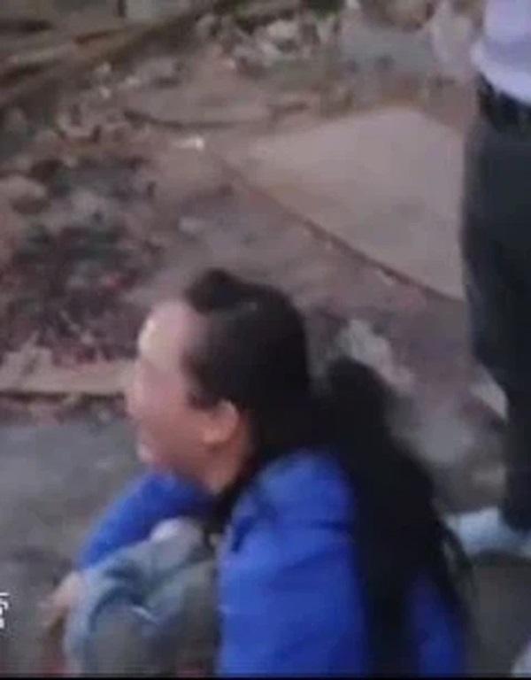 Bé gái 4 tuổi ngã vào máy trộn xi măng nguy kịch, hình ảnh nạn nhân ở hiện trường khiến người nhà đau lòng tột độ-2