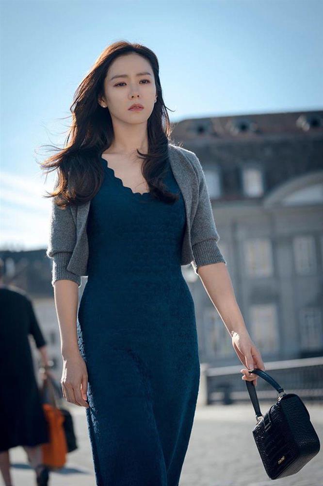 Chỉ nhờ 1 chi tiết rất nhỏ, Son Ye Jin át vía cả siêu mẫu trình diễn: Chị đẹp tinh tế cao sang, còn người mẫu lại có phần nhạy cảm-1