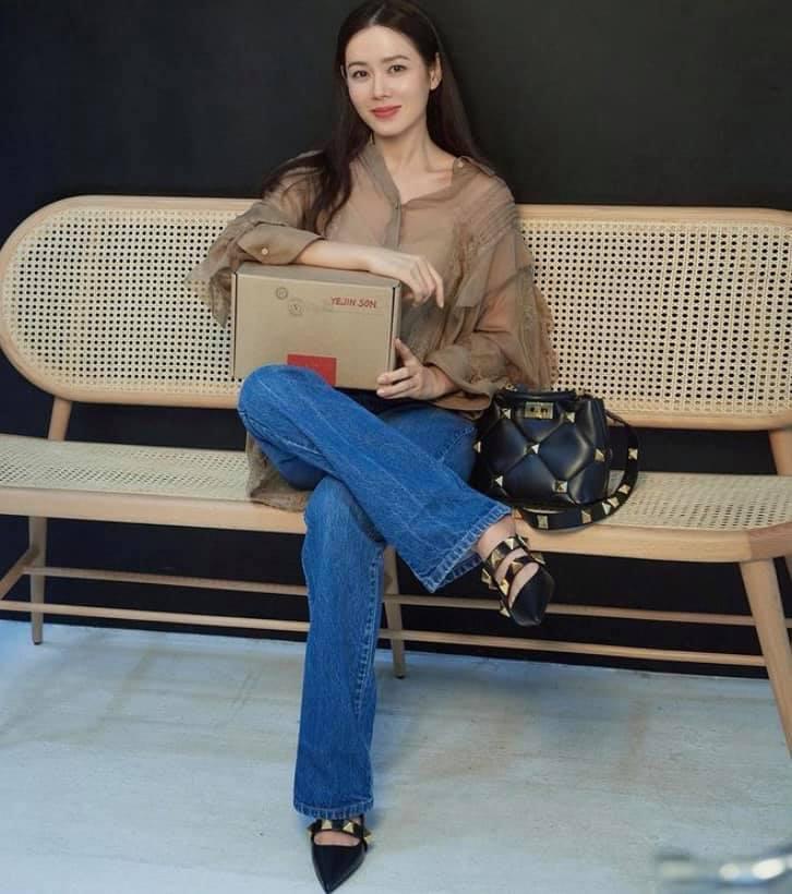Chỉ nhờ 1 chi tiết rất nhỏ, Son Ye Jin át vía cả siêu mẫu trình diễn: Chị đẹp tinh tế cao sang, còn người mẫu lại có phần nhạy cảm-3