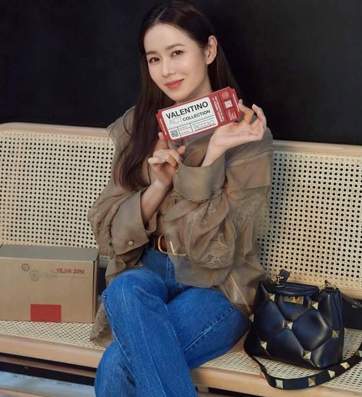 Chỉ nhờ 1 chi tiết rất nhỏ, Son Ye Jin át vía cả siêu mẫu trình diễn: Chị đẹp tinh tế cao sang, còn người mẫu lại có phần nhạy cảm-4