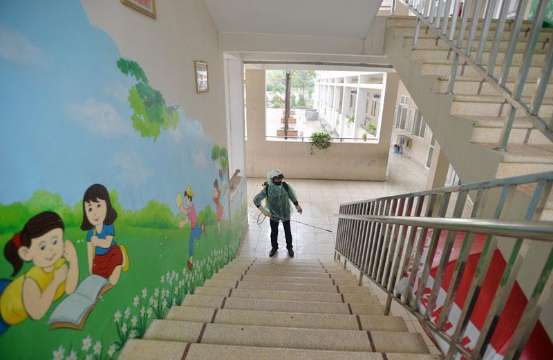 Trường Tiểu học Xuân Phương phun khử khuẩn, tổng vệ sinh toàn bộ khuôn viên trường sẵn sàng đón học sinh quay trở lại-2