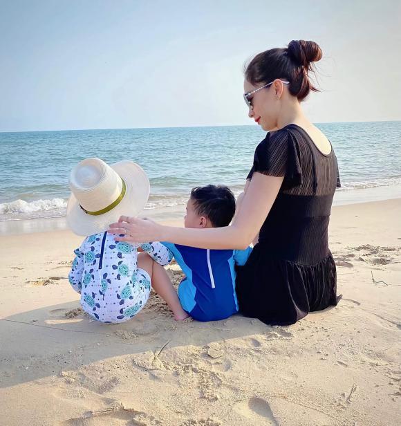 Đăng khoảnh khắc Đặng Thu Thảo bên hai con, chồng doanh nhân tự hào: Vợ ngoan con hiền-1