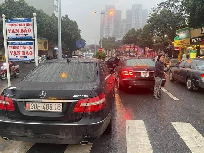 Hai xế hộp Mercedes cùng đời, cùng biển số lưu thông trên đường phố Hà Nội-1