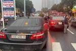 Hai 'xế hộp' Mercedes cùng đời, cùng biển số lưu thông trên đường phố Hà Nội