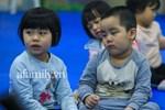 Học sinh Hà Nội đến trường ngày đầu tiên sau Tết: Háo hức nhưng vẫn buồn ngủ, có em khóc sướt mướt vì chưa quen với việc dậy sớm trở lại