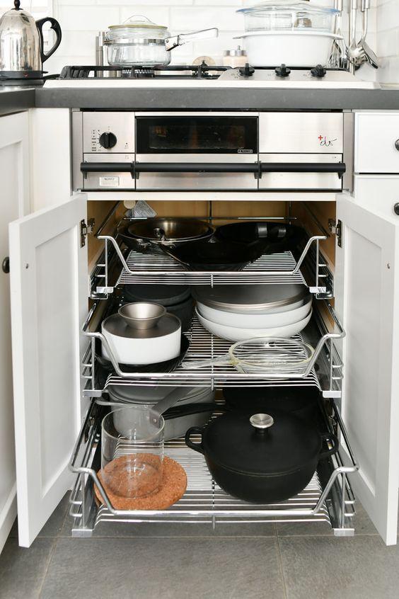 Trong nhà bếp, xoong nồi là thứ khó cất giữ nhất, nhưng nếu nắm bắt được hai điểm này, chúng sẽ được sắp xếp gọn gàng đến bất ngờ-6
