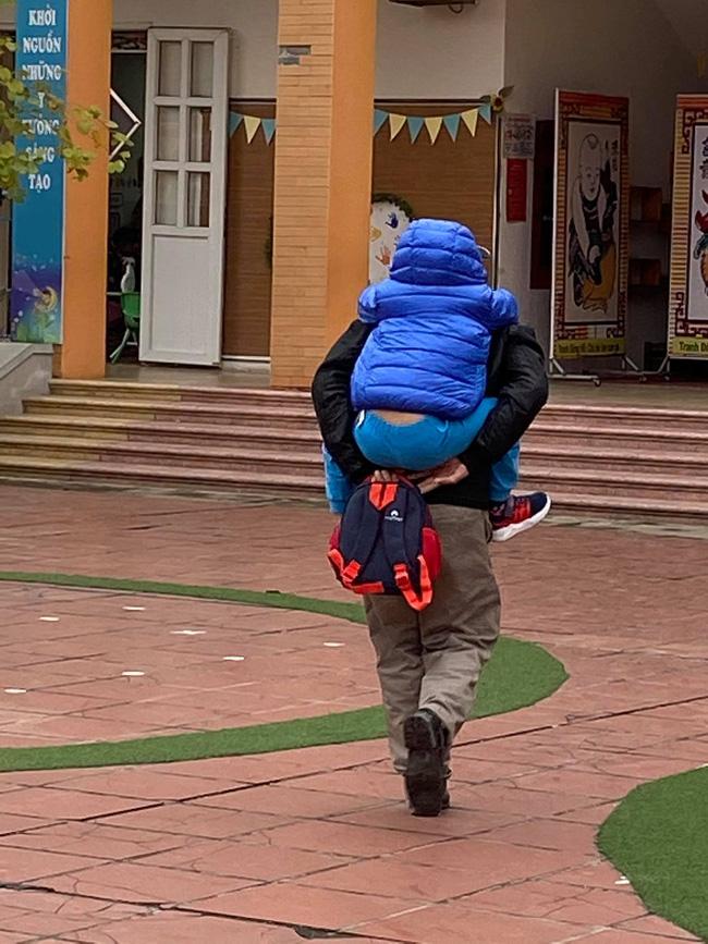 Vừa buồn cười vừa thương khi xem loạt ảnh trẻ mầm non khóc mếu, dỗi ra mặt trong ngày đầu đi học lại: Đang yên đang lành lại bắt dậy sớm!-8