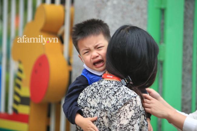 Vừa buồn cười vừa thương khi xem loạt ảnh trẻ mầm non khóc mếu, dỗi ra mặt trong ngày đầu đi học lại: Đang yên đang lành lại bắt dậy sớm!-1