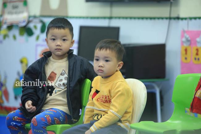 Vừa buồn cười vừa thương khi xem loạt ảnh trẻ mầm non khóc mếu, dỗi ra mặt trong ngày đầu đi học lại: Đang yên đang lành lại bắt dậy sớm!-10