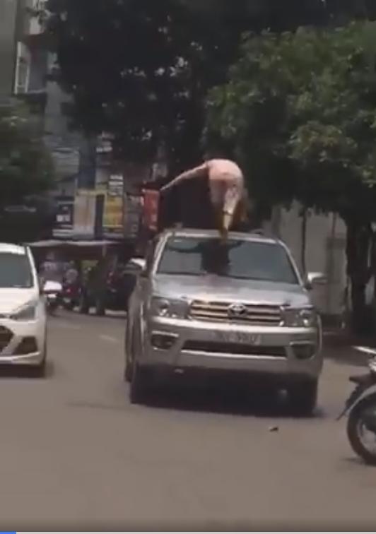 Người phụ nữ đùng đùng trèo lên nóc xe ô tô nhảy nhót, múa may nhưng hành động của tài xế lại gây tranh cãi dữ dội-3