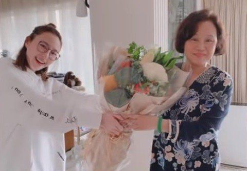 Vợ ba Vua sòng bài Macau đón sinh nhật 1 mình, con gái đăng ảnh cũ mừng tuổi mẹ khiến dân mạng xuýt xoa: Hà Hồng Sân si mê bà là đúng!-2