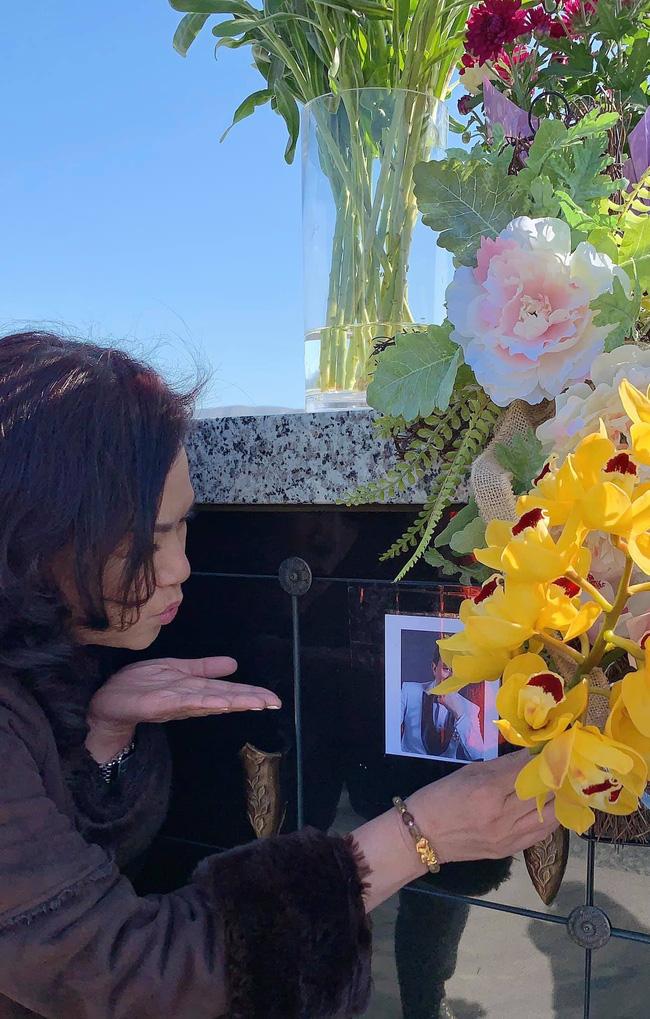 Xúc động trước hình ảnh bà xã hôn gió trước di ảnh cố NS Chí Tài khi thăm mộ chồng-1