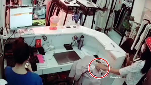 Dùng thủ đoạn tinh vi để vào shop quần áo ăn cắp điện thoại, nữ quái nghiệp dư bị lộ tẩy vì... giật mình!-3
