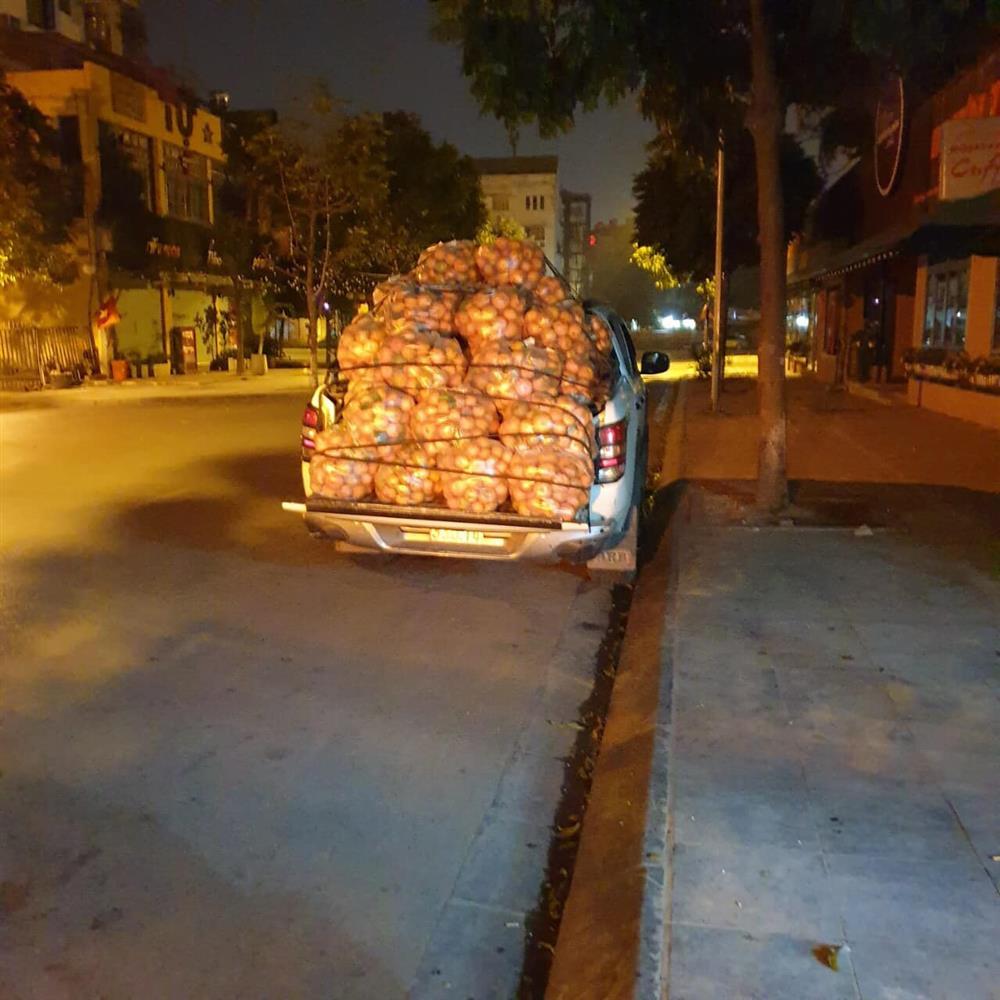 Người dân Hà Nội xếp hàng mua gà giải cứu 60k/kg, thị trường online thêm tấp nập với cam Hà Giang 7k/kg-10