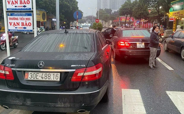 2 xe Mercedes trùng biển số chạm mặt nhau ở Hà Nội: Đã tìm thấy chủ nhân dùng biển thật-1