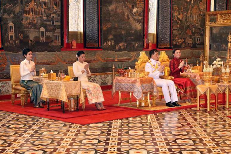 2 Hoàng hậu Thái Lan cùng nhau xuất hiện, chỉ qua một bức ảnh là thấy rõ địa vị hiện tại trong hậu cung đang nghiêng về bên nào-2