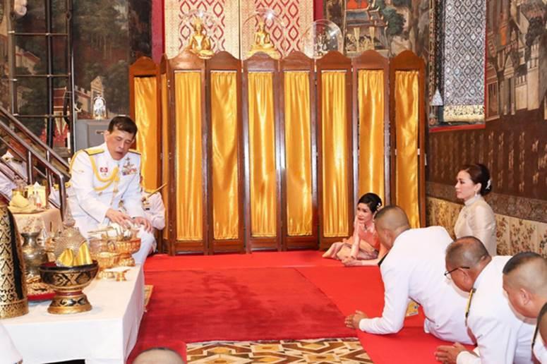 2 Hoàng hậu Thái Lan cùng nhau xuất hiện, chỉ qua một bức ảnh là thấy rõ địa vị hiện tại trong hậu cung đang nghiêng về bên nào-4