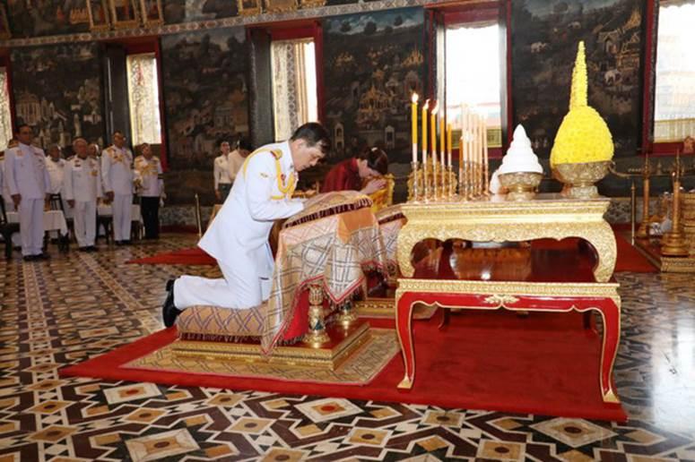 2 Hoàng hậu Thái Lan cùng nhau xuất hiện, chỉ qua một bức ảnh là thấy rõ địa vị hiện tại trong hậu cung đang nghiêng về bên nào-3