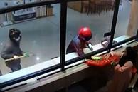 Video 2 tên cướp hì hục đập mãi không vỡ được tủ kính tiệm vàng, nhân viên từ bên trong nhanh nhảu hành động khiến dân mạng 'giật mình'