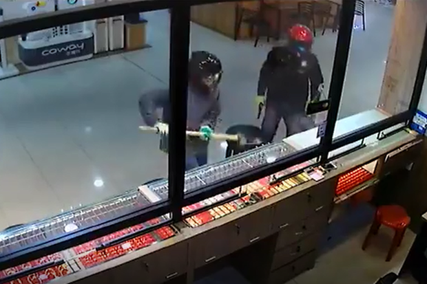 Video 2 tên cướp hì hục đập mãi không vỡ được tủ kính tiệm vàng, nhân viên từ bên trong nhanh nhảu hành động khiến dân mạng giật mình-2