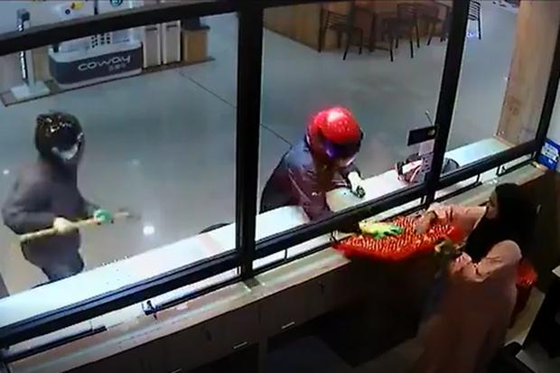 Video 2 tên cướp hì hục đập mãi không vỡ được tủ kính tiệm vàng, nhân viên từ bên trong nhanh nhảu hành động khiến dân mạng giật mình-3