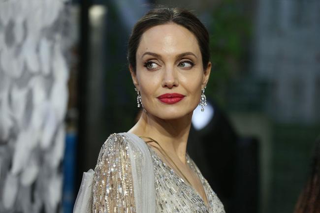 Cuộc sống chật vật sau 5 năm ly hôn Brad Pitt của Angelina Jolie: Gắn mác tiểu tam phá hoại gia đình người khác, bị đồn dan díu với đủ loại đàn ông?-5