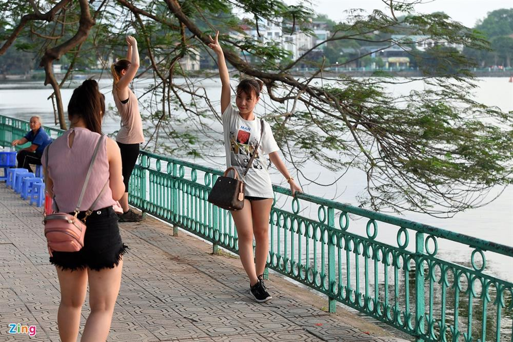 Phụ nữ nước ngoài bị sàm sỡ ở Hồ Tây - Vấn nạn đã kéo dài nhiều năm-1