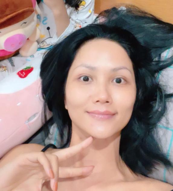 Tuyệt chiêu skincare để mặt mộc đẹp phát hờn: Phanh Lee bỏ hẳn kem nền, Ninh Dương Lan Ngọc có quy tắc tẩy trang riêng-7