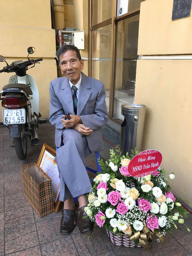 Xót xa những hình ảnh cuối đời của NSND Trần Hạnh: Tuổi già sức yếu nhưng vẫn cười lạc quan, vẫn cống hiến hết mình!-9