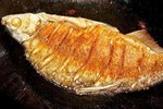 Thêm gia vị đặc biệt giúp món cá rán không bị dính, rách da, thơm ngon hơn