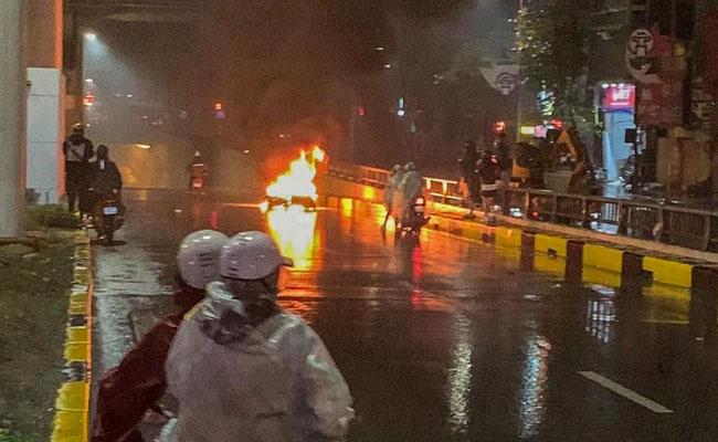Hà Nội: Ô tô tông xe máy bốc cháy giữa hầm chui Thanh Xuân rồi bỏ chạy-1