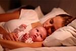 """Trẻ sơ sinh khó ngủ, """"ngủ ngày cày đêm""""? 4 kinh nghiệm đối phó tưởng là """"chân lý"""" nhưng không hẳn đúng, bố mẹ cần lưu ý"""