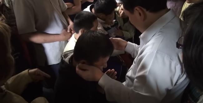Nổi da gà xem ông Võ Hoàng Yên chữa câm điếc bẩm sinh 15 năm bằng tay không trong loạt clip triệu view: Có phải là thần y như lời đồn?-3
