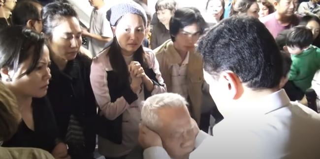Nổi da gà xem ông Võ Hoàng Yên chữa câm điếc bẩm sinh 15 năm bằng tay không trong loạt clip triệu view: Có phải là thần y như lời đồn?-4