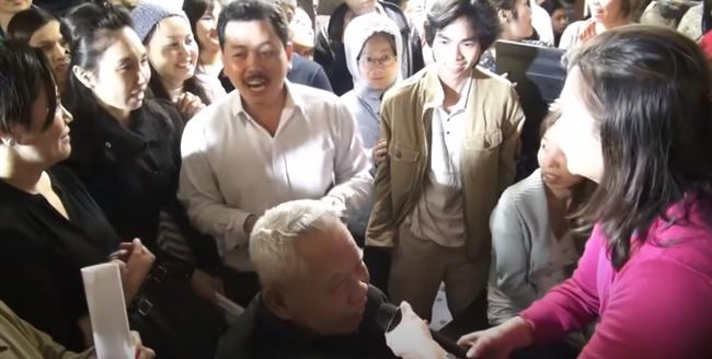 Nổi da gà xem ông Võ Hoàng Yên chữa câm điếc bẩm sinh 15 năm bằng tay không trong loạt clip triệu view: Có phải là thần y như lời đồn?-5