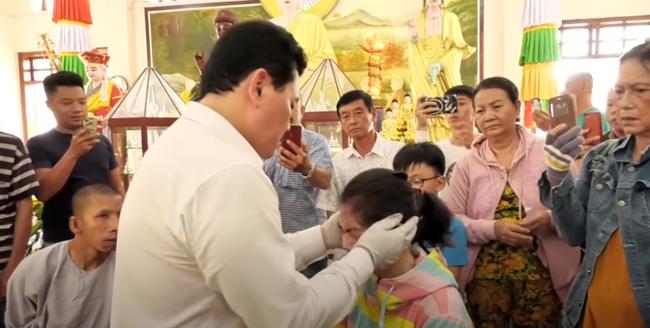 Nổi da gà xem ông Võ Hoàng Yên chữa câm điếc bẩm sinh 15 năm bằng tay không trong loạt clip triệu view: Có phải là thần y như lời đồn?-6
