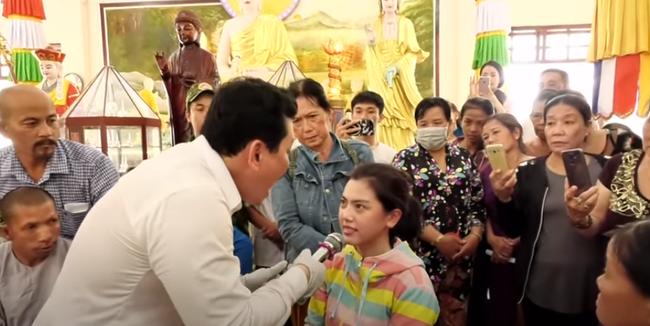Nổi da gà xem ông Võ Hoàng Yên chữa câm điếc bẩm sinh 15 năm bằng tay không trong loạt clip triệu view: Có phải là thần y như lời đồn?-7