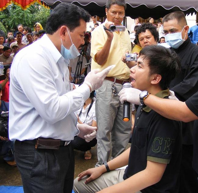 Nổi da gà xem ông Võ Hoàng Yên chữa câm điếc bẩm sinh 15 năm bằng tay không trong loạt clip triệu view: Có phải là thần y như lời đồn?-8