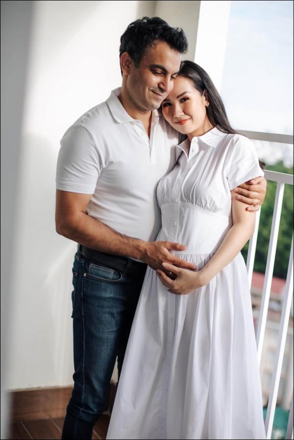 Lần đầu làm mẹ Võ Hạ Trâm khóc òa vì quá hạnh phúc, chồng doanh nhân Ấn Độ được lên chức lại mắc cỡ-2
