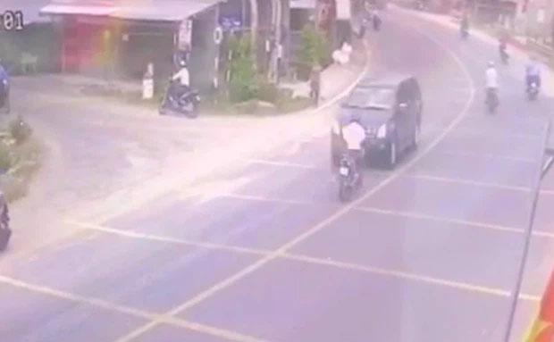 Clip: Nam thanh niên đứng im một chỗ vẫn gặp tai nạn bất ngờ, xem camera ai nấy cạn lời-1