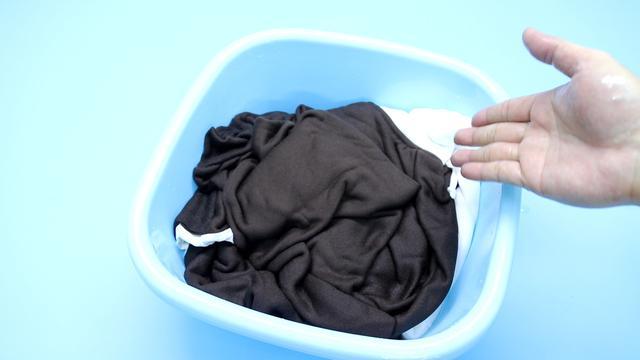 Quần áo mới mua nên giặt thế nào mới đúng? Nếu không biết đến cách này thì chỉ khiến quần áo nhanh bị bạc, lem màu-7