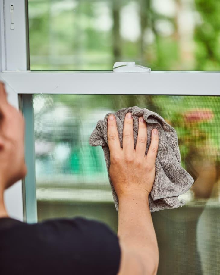 3 sai lầm khi vệ sinh cửa sổ khiến kính không sáng bóng sạch bong như mong đợi-3