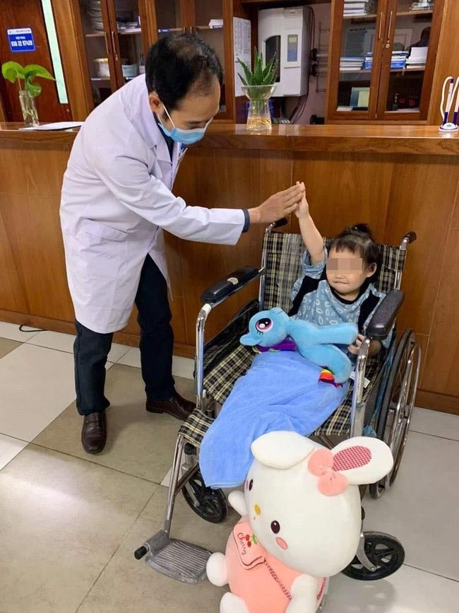 Bé gái rơi từ tầng 12 chung cư ở Hà Nội được ra viện: Đây thực sự là niềm hạnh phúc quá lớn lao của gia đình-1