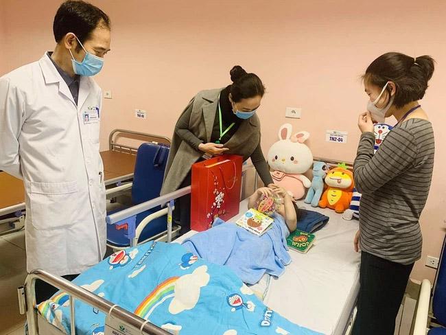 Bé gái rơi từ tầng 12 chung cư ở Hà Nội được ra viện: Đây thực sự là niềm hạnh phúc quá lớn lao của gia đình-2