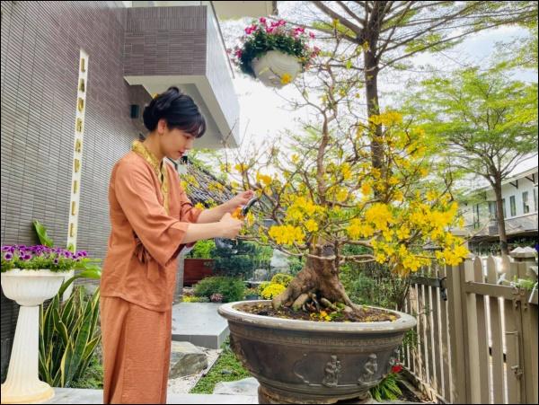 Biệt thự triệu đô hoành trángcủa Nhật Kim Anh: Bốnmùa ngập tràn hoa tươi từ nhà ra ngõ-2