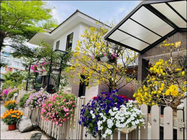 Biệt thự triệu đô hoành trángcủa Nhật Kim Anh: Bốnmùa ngập tràn hoa tươi từ nhà ra ngõ-5
