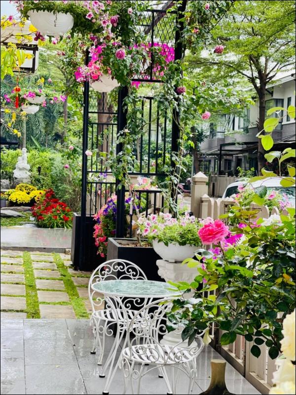 Biệt thự triệu đô hoành trángcủa Nhật Kim Anh: Bốnmùa ngập tràn hoa tươi từ nhà ra ngõ-6