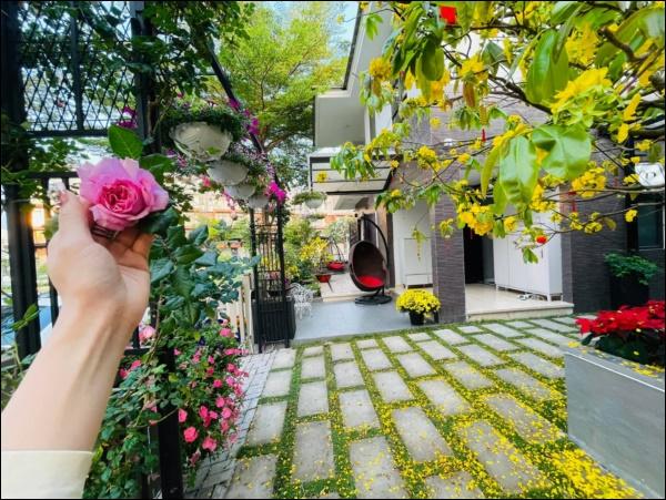 Biệt thự triệu đô hoành trángcủa Nhật Kim Anh: Bốnmùa ngập tràn hoa tươi từ nhà ra ngõ-7