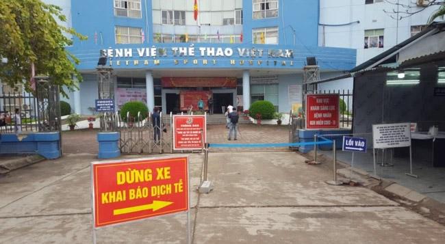 Hà Nội: Người đàn ông vào bệnh viện nhưng không chịu khai báo y tế, lái xe tông vào Giám đốc bệnh viện-2