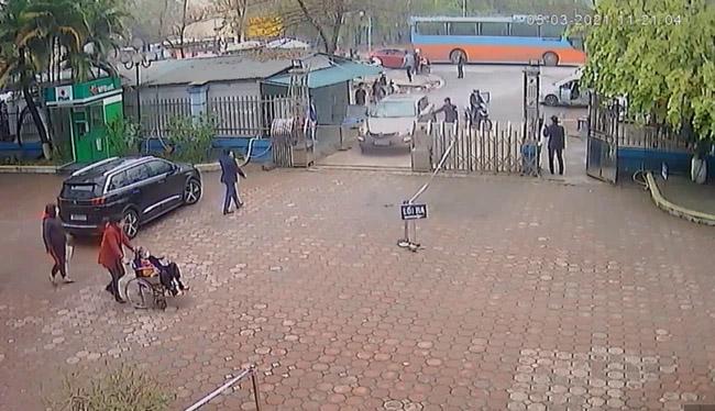 Hà Nội: Người đàn ông vào bệnh viện nhưng không chịu khai báo y tế, lái xe tông vào Giám đốc bệnh viện-1
